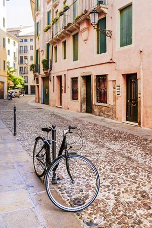 パドヴァ、イタリアの古い街の自転車