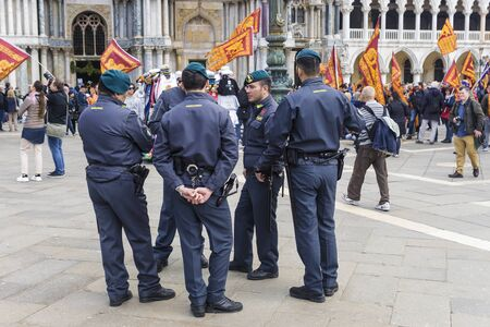 ITALY, VENICE-25 APRIL 2017: Italian guardsmen at the feast of the Holy Mark in Venice. San Marco square. Banque d'images - 137507595