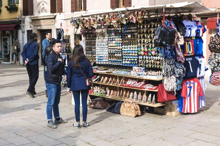 VENICE. ITALY- APRIL 19, 2017: tourists buy souvenirs on the street in Venice Banque d'images - 137507599