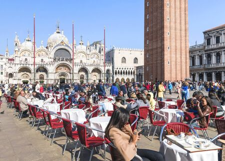 ITALY, VENICE-24 APRIL 2017: Tourists in a street cafe on San Marco Square in Venice Banque d'images - 137507607