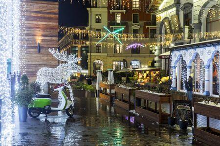 SOCHI, RUSSIA - DECEMBER 8,2019: Gornaya Karusel street decorated for Christmas and New Year. Gorky Gorod, Sochi, Krasnaya Polyana Banque d'images - 137512619