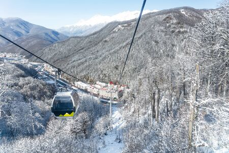 cable car cabin on a background of winter mountains Banque d'images - 137548072