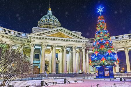 Christmas in St. Petersburg. Kazan Cathedral in spb.napis in Russian: with the New Year and Christmas Christ Banque d'images - 137548073
