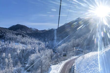 cable car cabin on a background of winter mountains Banque d'images - 137548074