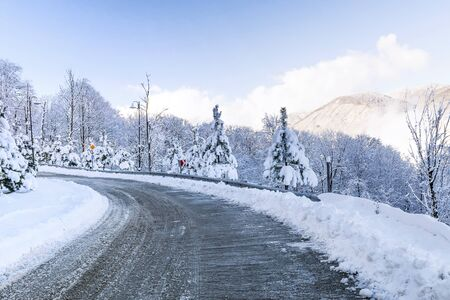 road in the snowy mountains Banque d'images - 137548042