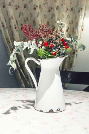 old white enameled milk jug with flowers and berries Banque d'images - 137798625