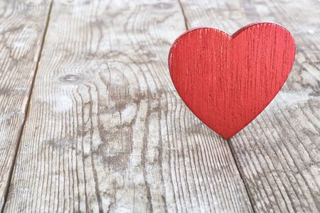 red wooden heart on the background of old boards Banque d'images - 138472345