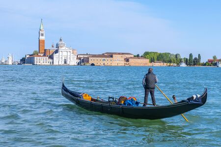 Góndola en el fondo de San Giorgio Maggiore en Venecia, Italia