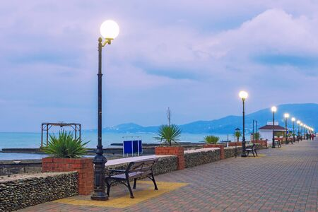 Ufer am Schwarzen Meer, abends bei Sonnenuntergang. Sotschi Standard-Bild