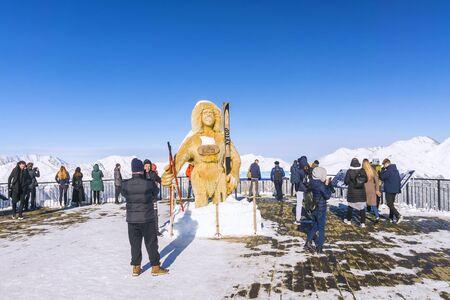 RUSSIA, SOCHI-DECEMBER 5, 2018: Yeti with with skis on the observation deck. Rosa Khutor Alpine Resort. Krasnaya Polyana, Krasnodar region 新聞圖片