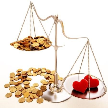 justicia: dos de corazón de terciopelo superan a gran cantidad de monedas de oro. aislados en blanco. Foto de archivo