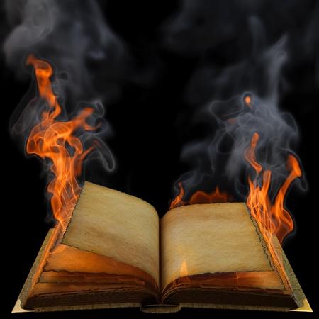 leeres buch: alte leere offenes Buch in der Flamme. isoliert auf schwarz. Lizenzfreie Bilder
