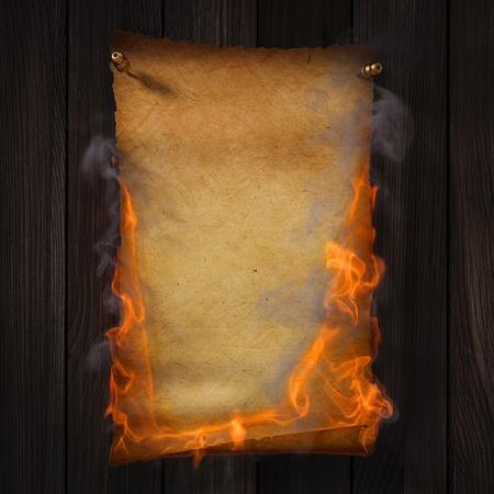 papier brul�: Combustion des vieux papiers jaune sur la texture Bois brun.