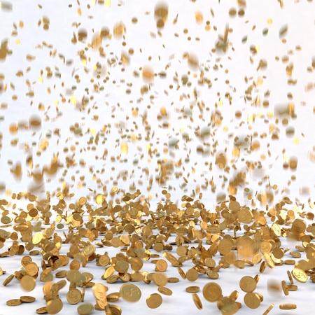 錢: 雨水從金幣。孤立的白色。