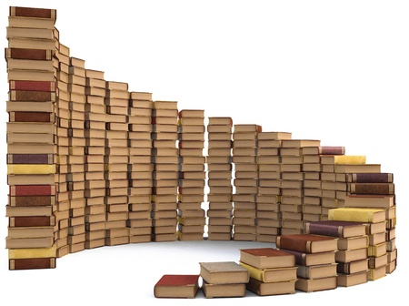 apilar: pilas de libros en forma de una escalera de caracol. aislado en blanco.