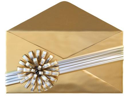 envelope with letter: busta d'oro con un nastro d'argento e di prua. isolato su bianco.