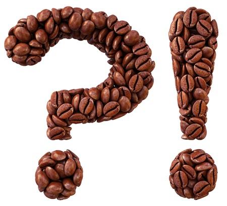 interrogativa: pregunta y signos de admiraci�n de los granos de caf�. aislado en blanco.