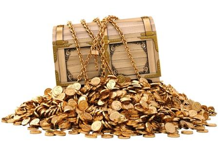 oude munten: oude houten kist in ketens op een stapel van gouden munten. geïsoleerd op wit. Stockfoto