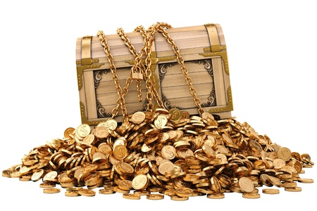 monete antiche: vecchia cassa di legno in catene su una pila di monete d'oro. isolato su bianco.