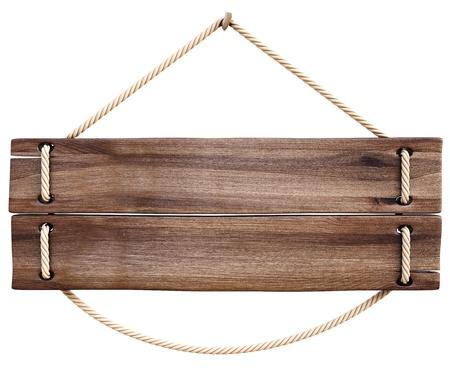 leere Holzschild am Seil hängend. isoliert auf weiß.
