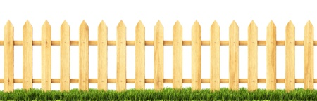 草の中の木製のフェンス。白で隔離。