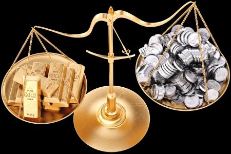 Goldbarren schwerer als Silbermünzen. Isoliert auf schwarz. Standard-Bild - 17409350