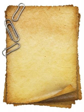 クリップと古い紙シート。白で隔離。