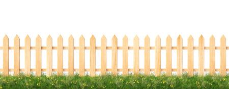 Houten hek en gras. geïsoleerd op een witte achtergrond Stockfoto - 43541543