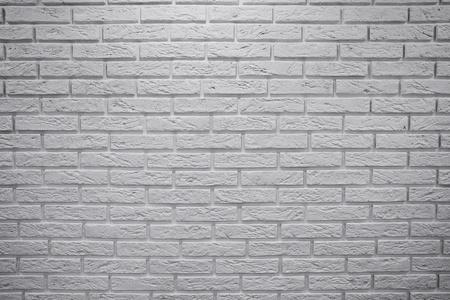 plaster wall: Obst�culo en forma de una posici�n vertical pared de ladrillo blanco