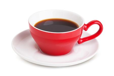 kroes: Rode kop met instant koffie op een witte schotel op een witte achtergrond
