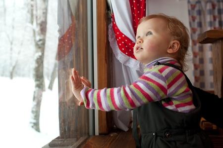 overol: La ni�a est� mirando por la ventana en el caf�