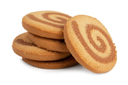 galletas: Pequeño montón de galletas redondas de color naranja sobre un fondo blanco Foto de archivo