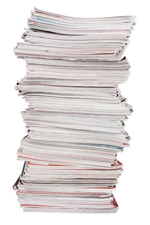 revisando documentos: La pila alta de revistas viejas en el fondo blanco
