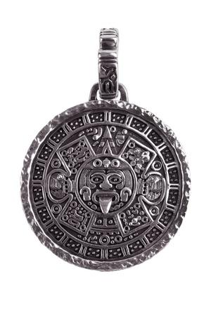 cronologia: Colgante grabado con el calendario maya sobre un fondo blanco
