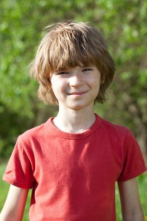 zerzaust: L�chelnde Junge mit zerzausten Haaren, ein sonniger Tag