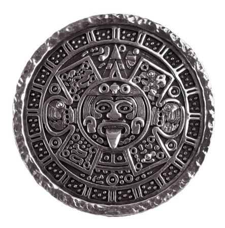 cronologia: Medall�n grabado con el calendario maya sobre un fondo blanco Foto de archivo