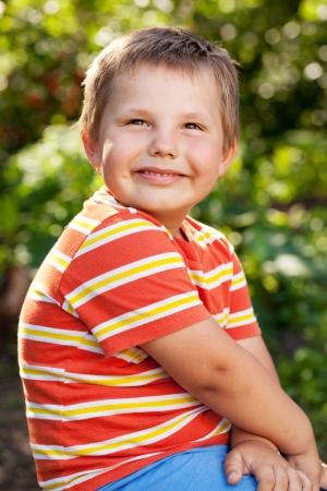 blithe: muchacho con una camisa naranja y pantalones cortos Foto de archivo