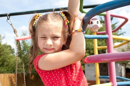 blithe: Ni�a jugando en el patio de recreo durante el verano