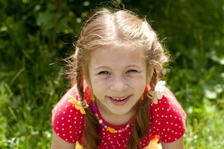 blithe: Retrato de ni�a riendo con coletas en una blusa roja