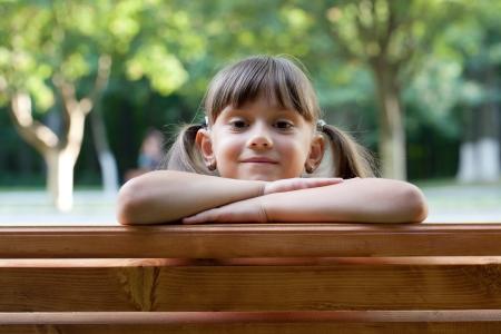 blithe: La muchacha atractiva joven en un banco del parque