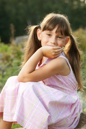 blithe: Muchacha hermosa en un vestido de noche de verano Foto de archivo