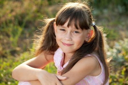 blithe: Linda chica sonriendo bajo los rayos del sol de la tarde