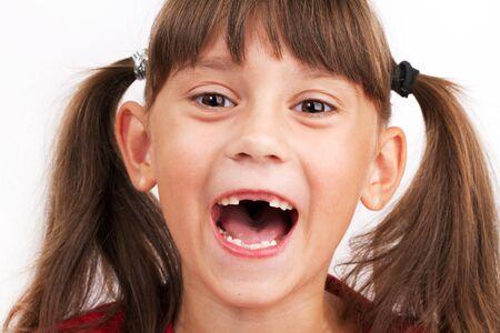 blithe: Ni�a alegre linda con dientes abandonado