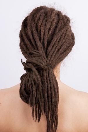 dreadlocks: Chica con el pelo recogido en una dreadlocks