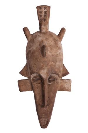 maschera tribale: Maschera tribale africana di colore marrone su uno sfondo bianco Archivio Fotografico
