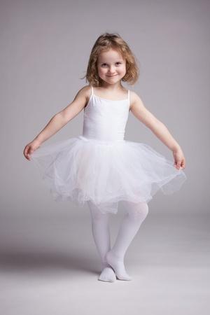 ni�os bailando: Ni�a feliz en bailarina vestido blanco