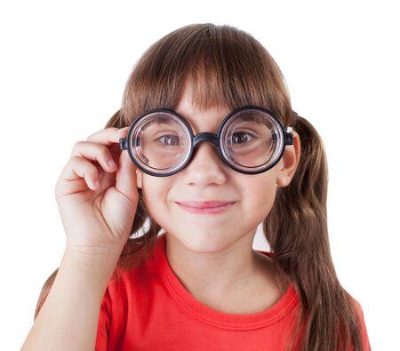 hyperopia: Ragazza divertente con gli occhiali tondi e una t-shirt rossa