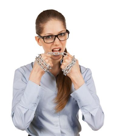 firmeza: Mujer joven que intenta cortar la cadena de acero