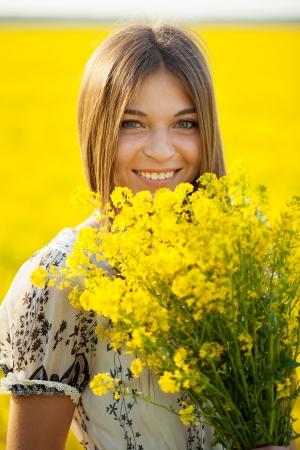 blithe: Muchacha sonriente con un ramo de flores silvestres