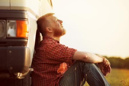 Chauffeur de camion barbu prend une pause de travail